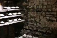 英国巴斯小镇有一家莎莉露之家的Sally Lunn Bun现制面包,一般是卖半个然后抹上各种果酱和奶
