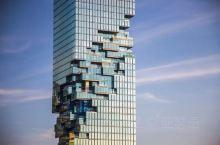 """曼谷新晋最高大厦,魔幻的外形仿佛科幻电影里的建筑,因此获称""""像素大厦""""。50秒抵达78层,电梯内还有"""