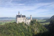新天鹅堡是德国的名片,如梦幻一样的城堡,满足了很多人的梦想和对童话的渴求。迪斯尼的原型城堡就是新天鹅