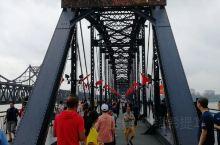 鸭绿江断桥,是美国为首的联合国军侵略朝鲜乃至把战火烧到鸭绿江边的罪证。这座大桥在志愿军入朝作战之初,