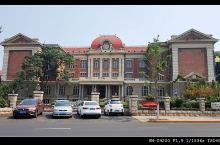 天津的五大道老建筑,现在已经成为天津小洋楼的标志,这里集中了众多不同风格,式样多姿的建筑,同时,它们