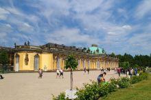 无忧宫(Sanssouci Palace)是18世纪德意志王宫和园林,位于德国波茨坦市北郊,为普鲁士