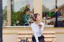 皮爷咖啡周年庆快闪来了。就在嘉里中心南区广场,寻着歌声去就对了,现场有外籍歌手在现场表演,歌声嘹亮。