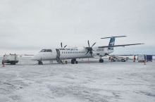 北方极光之旅: 多伦多前往加拿大北方的极光小镇黄刀镇,路上坐的是螺旋桨小飞机。 零下二十度雪贼厚,狗