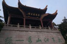 """黄鹤楼位于湖北省武汉市长江南岸的武昌蛇山之巅,濒临万里长江,""""江南三大名楼""""之一,自古享有""""天下江山"""