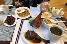 两个鹅腿套餐外加一份鹅头,一份撵豆腐,150元内,好撑哦。 这是长宁镇非常值得推荐的一家烧腊餐厅,装