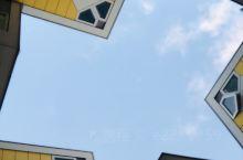 这算是鹿特丹的网红建筑吧,立体方块屋。我在窗户外面研究了好久住在墙面倾斜的那一面房间的人到底是怎么愉