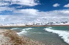 纳木错近景,云层很低,远处是雪山,天蓝水碧,很壮观