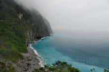 清水断崖。位于花莲县北部的清水山,临太平洋大块大石岩成90度角直插入太平洋,断崖形状如鞘,绝壁万丈,