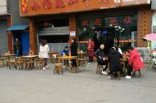 乐山苏稽古镇上的翘脚牛肉店。自己称是老字号,但游客无法判断,也就选择相信这是老字号的…… 店里很霸气