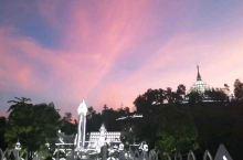 勐焕大银塔,称勐焕千佛银塔,位于德宏州府芒市勐焕街道,坐落在大金塔对面的山头上。当代新建佛塔。 勐焕