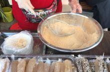 """南宁三街两巷卖的马蹄糕,有多种口味选择,6元一条,10元两条。售货阿姨说,""""南宁人都吃原味的"""",所以"""