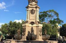 马瑙斯这里生活的大都是印第安人。西班牙人发现了此地,后归葡匋牙管制,也就成了巴西的一部分,说葡萄牙语