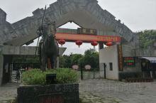 灵渠位于桂林市兴安县,于公元前214年凿成通航。它将兴安县东面的海洋河(湘江源头,流向由南向北)和兴