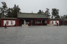 关林庙,为埋葬蜀将关羽首级之地,前为祠庙,后为墓冢。