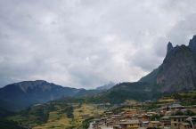 """美丽的扎尕那 位于迭部县西北34公里处的益哇乡境内,是一座完整的天然""""石城""""俗有""""阎王殿""""之称。地形"""