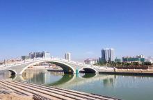 库尔勒市位于新疆中部,天山南麓、塔里木盆地东北边缘,北倚天山支脉,南临塔克拉玛干沙漠,美丽孔雀河穿城