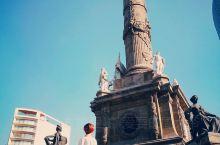 独立纪念碑是墨西哥城的标志建筑之一,位于改革大道于佛罗伦萨的一个广场上,也就是一个十字路口上,旁边就
