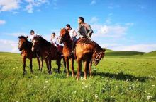 今天早上从中国马镇沿着国家一号风景大道往乌兰布统走,沿路山丘起伏,青山如黛,草原如碧。 一路走走停停