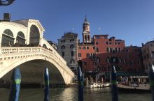 威尼斯,一座特别的城市,到处是水,到处是桥。街上的路都非常的窄