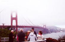美国旧金山金门大桥。 金门大桥位于美国加利福尼亚州旧金山金门海峡之上,是世界著名的桥梁,也是近代桥梁