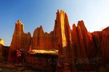 云南元谋土林,是大自然的奇观,在方圆百公里范围内,分布着大量形态各异的土林,有的似火箭、有的似烟囱、