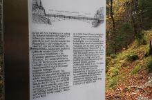 来看新天鹅堡的全景必须要来玛丽安桥,秋季是最美的季节。 站在桥上,看着各种颜色的树丛,衬托出美丽的新