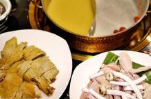 把自然放进锅里,位于湖里万达金街清新脱俗舒适明亮的椰语江南,鸳鸯锅主打海南椰子鸡一锅两吃,幸福加倍。