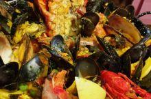 布鲁塞尔的贻贝海鲜大餐非常值得尝试!2015年时的物价,一份有龙虾的贻贝大餐二十多欧元;一份普通贻贝