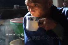 茶客写生  在彭镇观音阁老茶馆里喝茶的老者们,对拍摄已经习以为常,举止自然,眼神闲定,抽烟、喝茶、聊