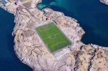 世界最美足球场  在挪威罗弗敦群岛亨宁斯韦尔渔村,是当地人为了实现村中一个小孩踢足球的愿望而建的。