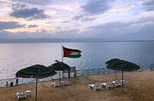 死海,是小时候课本里就有的地方,是在亚洲西部,以色列、巴勒斯坦和约旦交界处的神奇的一片海。 死海之所