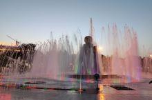新疆和田的团结广场,很热闹,人气很旺,大妈大爷们全部出来了,疫情期间很难得,还是需要做好自我保护。后
