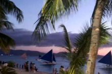 第一天傍晚到达长滩岛白沙滩,顿时被美丽夜色和热闹的夜市所吸引,整天的疲惫全部九霄云外。菲律宾各色小吃