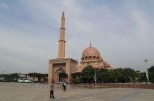 粉红清真寺(Masjid Putra),仿造摩洛哥卡萨布兰卡的哈桑清真寺而建,坐落在马来西亚的新行政