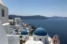 希腊的蓝色屋顶。  度蜜月回来一年了。 酒店特别漂亮 第一次在希腊裸泳了。 天空颜色特别美。 晒得脱