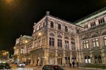 皎洁的月光之下,位于环形大道边流光溢彩的维也纳国家歌剧院,既近在眼前,又高不可攀。阳春白雪的高雅艺术
