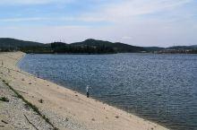 威海冶口水库。 不少人在这里钓鱼。台钓者在岸边,路亚者在大坝上。 今天的颜色真是丰富多彩。上午蓝天白