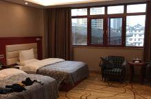 超出预期!免费升级了房间,很宽敞!长途经过罗平,没想到小地方的酒店还不错,停车方便,高速下来也不远,