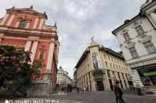 广场、公享单车、街边晒太阳的老人家、乐队排练、老旧房子与尖顶教堂,一座安静从容之城。