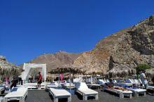卡马利海滩上铺就的不是沙子,而是一块块黑色的卵石。火山喷发时产生的岩浆使这里成为圣托里尼独树一格的风