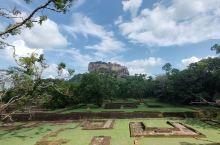 锡吉里耶,真正的空中花园 一望无际的森林,一座巨大岩石竖立其中,大到上面有一个城堡,这个岩石被称为狮