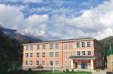 这里有一所中国援建的学校!这里环境很美!自然风光,这个学校建在了大山里面!这里可以解决600名左右的