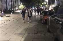 老城区广场,晚上人很多,都是在哪里坐着聊天,谈恋爱的多一点。路边很多小摊位,也有看手相算命的。这边晚