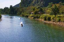 """老挝万荣是一个只有二、三万人口,两条小街的小镇,安静纯朴。是一个有喀斯特地貌的""""小桂林"""",南松河是湄"""