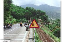 运气好,碰上火车经过!漂亮!就是天气不好。