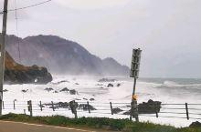 """襟裳岬  受台风影响,""""襟裳岬""""太平洋沿岸,风浪大,海浪会经常冲上岸上道路!我们心惊胆颤,与浪博斗似"""