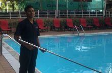 巴拿马 城喜来登酒店泳池,清晨较早赶上工作人员很认真的在清洁泳池,第一次见, 经工作人员同意拍照,服