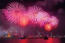 新年香港维多利亚港烟花汇演 灯火辉煌的维港夜景和绚丽夺目的烟花焰火的完美结合,让维港烟花汇演久负盛名