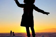 利斯特维扬卡紧靠贝加尔湖,冬天在湖畔拍日出日落非常方便。 靠近市场的湖面上有些蓝冰,三块叠在一起,用